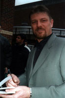 Sean Bean signs photos at the primere